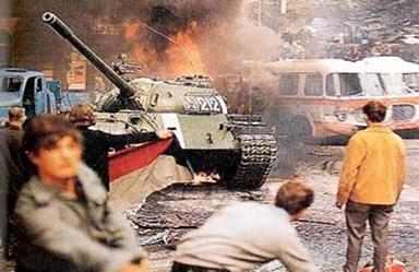 O conflito entre a população tcheca e os tanques soviéticos nas ruas de Praga.