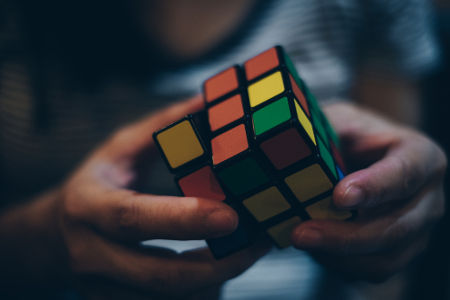 O cubo mágico é uma figura espacial por apresentar comprimento, largura e profundidade
