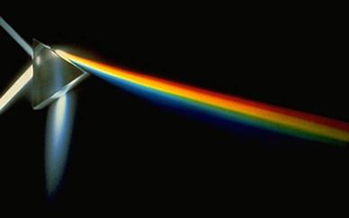A luz quando incide sobre o prisma sofre refração e dispersão