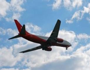 O avião consegue voar graças à força de sustentação.