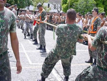 Em uma competição de cabo de guerra, a corda fica tensionada