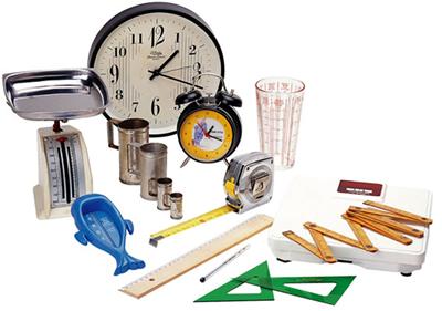 A figura acima nos mostra a diversidade de objetos que determinam as medidas de comprimento, massa, tempo, volume, etc