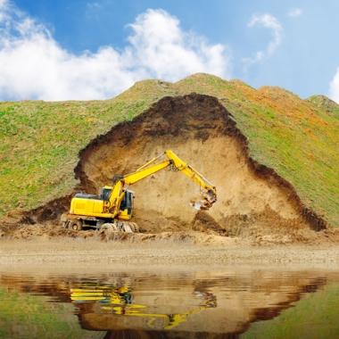 O processo erosivo ocorre pelo desgaste e deposição de sedimentos do solo