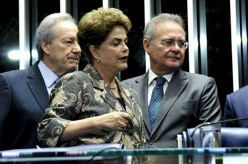 Dilma Rousseff ao lado de Ricardo Lewandowski e Renan Calheiros *