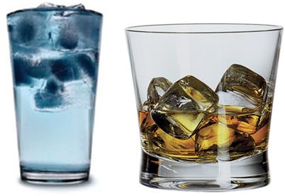 Por que o gelo flutua na água, enquanto que em bebidas alcoólicas ele afunda?
