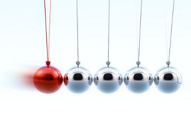 No pêndulo de Newton, a energia e a quantidade de movimento são transmitidas de esfera a esfera