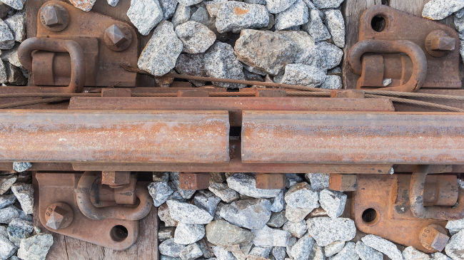Os trilhos de ferro apresentam pequenas separações entre suas barras para evitar deformações se eles sofrerem grandes dilatações lineares.