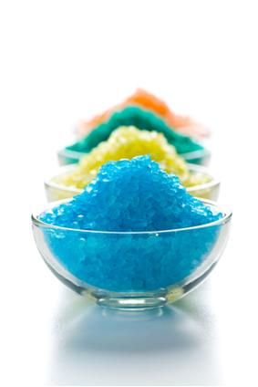 Os sais inorgânicos podem ser formados por diferentes íons, o que resulta em diferentes propriedades físicas (como as suas cores) e químicas
