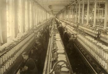 Linhas de produção em fábricas têxteis na Primeira Revolução Industrial