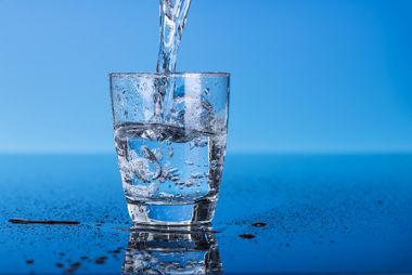 A interpenetração de orbitais atômicos do hidrogênio e oxigênio forma a água
