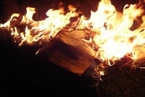 A quema do papel é uma reação irreversível.
