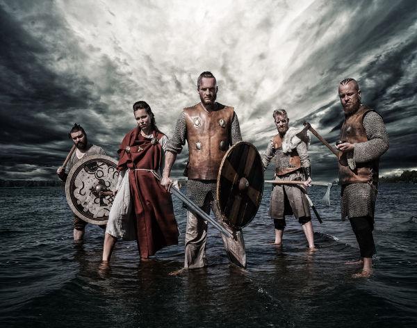 Representação moderna que apresenta, de maneira parcial, como os guerreiros vikings vestiam-se.