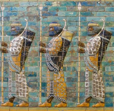 Acima, escultura em relevo assíria representando os guerreiros dessa civilização
