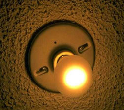 Quando o interruptor é ligado, há passagem de corrente elétrica pelo filamento da lâmpada, o que provoca seu aquecimento e, como consequência, a emissão de luz.