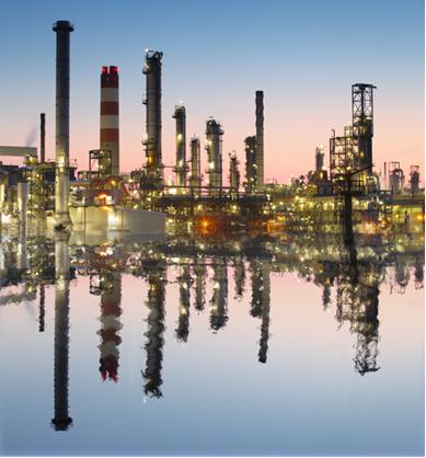 Refinaria onde se obtém os derivados do petróleo, principal combustível fóssil usado atualmente