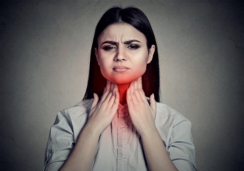 As dores de garganta são um dos sinais da mononucleose infecciosa, doença transmitida pela saliva.