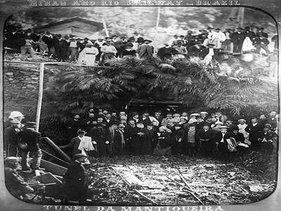 D. Pedro II na inauguração do Túnel da Mantiqueira da Estrada de Ferro que ligava o Rio de Janeiro a Minas Gerais. Fotografia de Marc Ferrez (1843-192