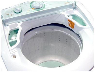 Na máquina de lavar, a roupa encosta na lateral do cilindro e uma força de contato a mantém em movimento circular.