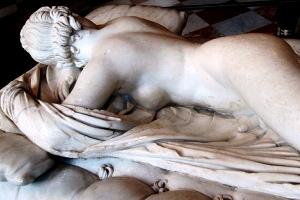 Estátua de hermafrodito: personagem da mitologia que dá nome à anomalia tratada no texto. Obra encontrada no Museu de Louvre.