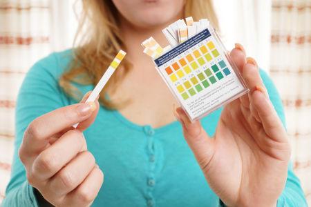 A fita indicadora de pH dá-nos uma noção sobre o seu valor em uma solução