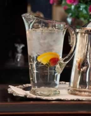 O gelo se tornando água dentro de um copo, mudança de fase.
