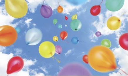 Os balões preenchidos com gás hélio possuem massa molar e densidade menores que as do ar, por isso tendem a subir