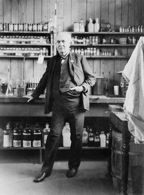 Em 1878, Thomas Edison inicia o desenvolvimento da lâmpada incandescente, sua mais famosa invenção