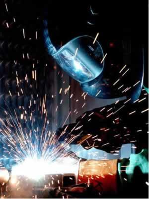 O gás acetileno é usado para realizar soldagens e cortar peças metálicas com o gás oxiacetilênico