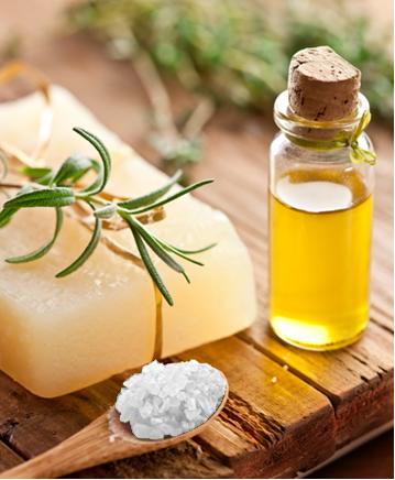 Uma base muito importante é o hidróxido de sódio (soda cáustica), que misturada com óleos ou gorduras originam o sabão