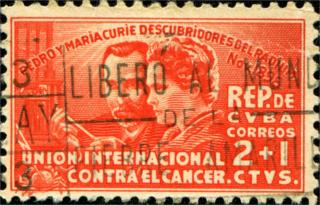 Um selo impresso em Cuba honrando o 40 º aniversário de descoberta do rádio mostra Pierre e Marie Curie por volta de 1938[1]