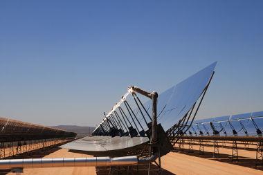 As usinas solares concentram a luz do Sol a partir do uso de espelhos côncavos, pois estes têm como característica a concentração da luz em seu foco