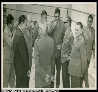 Foto registrando uma conversa informal entre Jango e oficiais militares, dentre eles Castello Branco (à direita), que iria publicar o AI-3.*