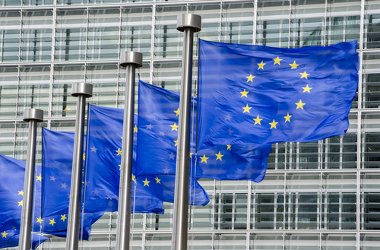 Bandeiras da União Europeia em frente à sua sede em Bruxelas