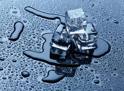 Podemos observar o calor latente no gelo derretendo, pois, há água no estado sólido e líquido à mesma temperatura
