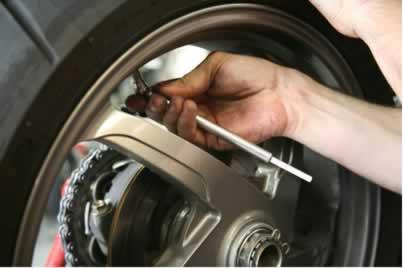 A soma das pressões parciais do nitrogênio e do oxigênio presentes no ar fornece a pressão total da mistura gasosa dentro do pneu, ao ser calibrado