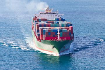 Os navios fazem uso da água de lastro para garantir o equilíbrio da embarcação