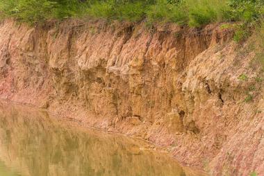 Erosão pluvial causada pela ação da água sobre o relevo