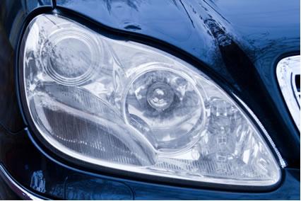 O plástico que recobre os faróis dos carros geralmente é o polimetilmetacrilato*