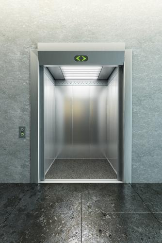 Por que nos sentimos mais leves ou pesados em um elevador?