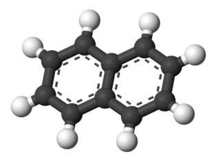 Os compostos aromáticos possuem anéis benzênicos em sua estrutura. O naftaleno acima, mais conhecido como naftalina, possui dois anéis aromáticos
