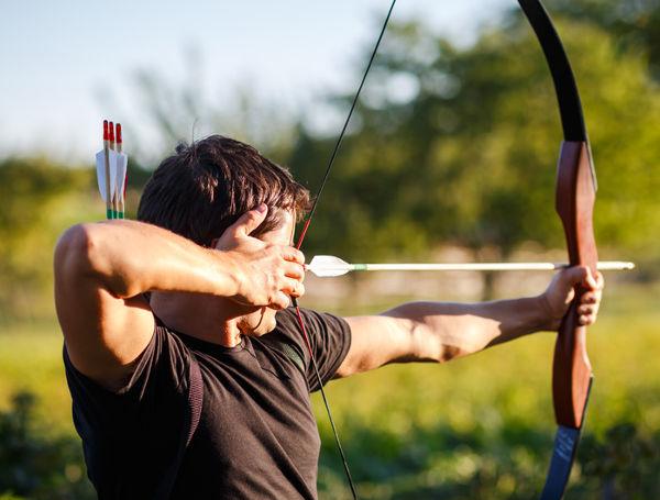 Quando o arqueiro solta a flecha, a energia potencial elástica armazenada no arco curvado será transformada na energia cinética da flecha