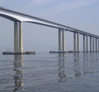 Ponte Rio-Niterói passa sobre a Baía de Guanabara e é um dos símbolos do milagre econômico brasileiro