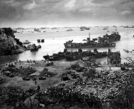 Embarcações americanas durante a batalha de Okinawa, no dia 13 de abril de 1945