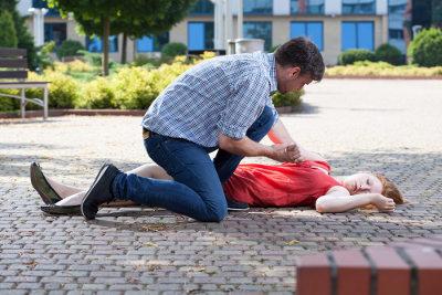 Ao socorrer uma vítima de desmaio, é importante não jogar água em seu rosto nem fazê-la cheirar álcool