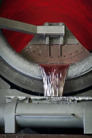 O alumínio é produzido na forma líquida