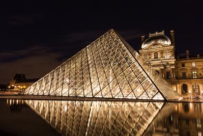 O Museu do Louvre em Paris tem a forma de uma pirâmide de base triangular*