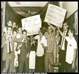 Estudantes protestam contra a ditadura em seu segundo aniversário, em 1966. No fim do mesmo ano seria decretado o AI-4.*