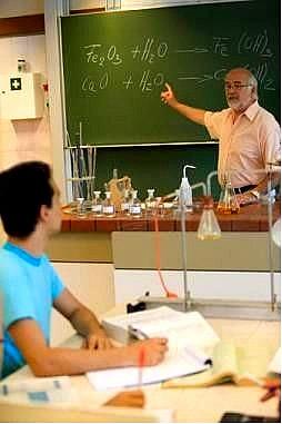 Professor exeplicando método de balanceamento por oxidorredução