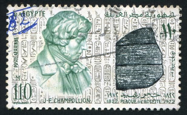Selo com imagem de Champollion e, do lado direito, a Pedra de Roseta*