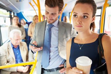 Ao andar de ônibus, somos submetidos à Lei da Inércia